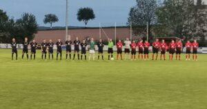 Begrüßung beider Mannschaften vor dem Spiel